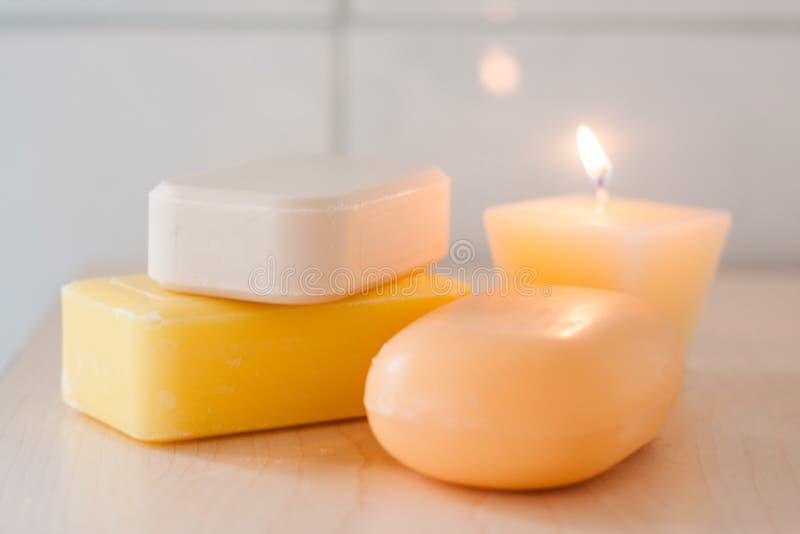 Φυσικοί φραγμοί σαπουνιών και ένα κερί στοκ εικόνες
