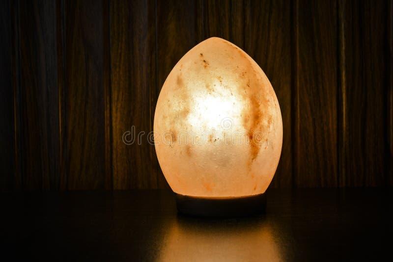 Φυσικός αλατισμένος λαμπτήρας αυγών δράκων | Άλας Himalayan στοκ εικόνες με δικαίωμα ελεύθερης χρήσης
