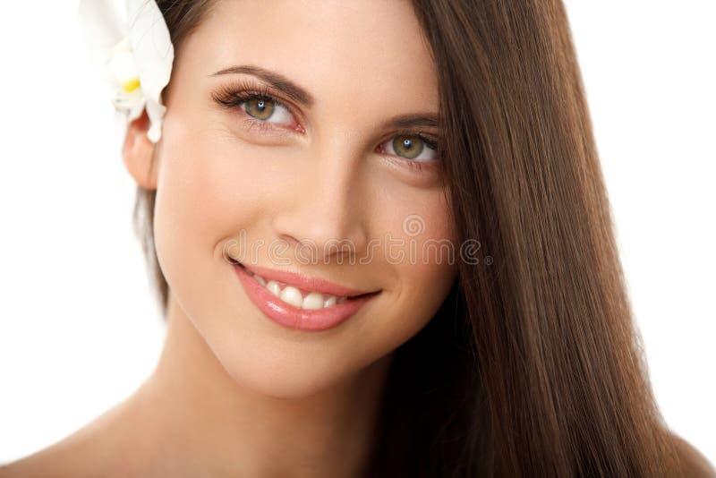 Φυσικός αποζημιώστε τη γυναίκα Brunette με τα κόκκινα χείλια. στοκ φωτογραφίες με δικαίωμα ελεύθερης χρήσης