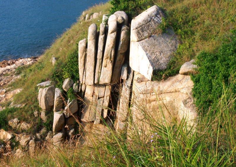 Φυσικός βράχος γρανίτη απότομων βράχων φοινικών στο Χονγκ Κονγκ στοκ φωτογραφία