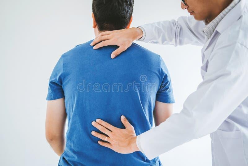 Φυσικός γιατρός που συσκέπτεται με τον ασθενή για τη φυσική έννοια θεραπείας πίσω προβλημάτων στοκ φωτογραφία με δικαίωμα ελεύθερης χρήσης
