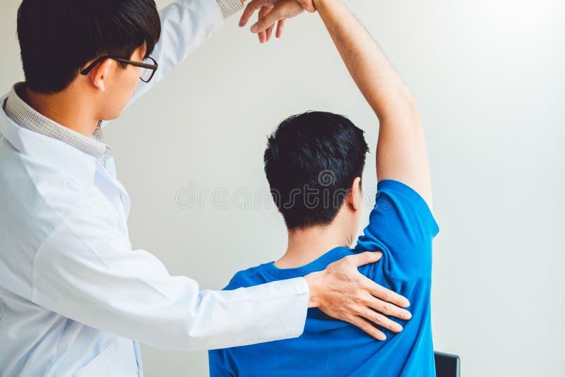 Φυσικός γιατρός που συσκέπτεται με τον ασθενή για τη φυσική θεραπεία προβλημάτων πόνου ώμων muscule που εντοπίζει την έννοια στοκ φωτογραφία