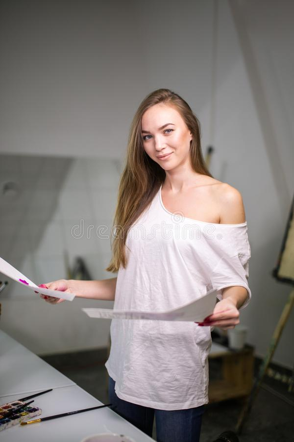 Φυσικός ζωγράφος δασκάλων ομορφιάς στο στούντιό της που προετοιμάζεται σε μια κατηγορία τέχνης στοκ εικόνα με δικαίωμα ελεύθερης χρήσης