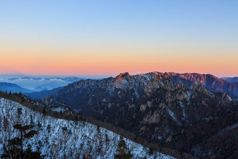 Φυσικός πυροβολισμός τοπίων βουνών της Κορέας στο εθνικό πάρκο Seoraksan υποστηριγμάτων στοκ εικόνα