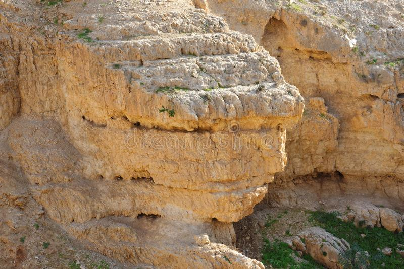 Φυσικός στρωματοποιημένος πορτοκαλής βράχος στον απότομο βράχο στοκ φωτογραφία με δικαίωμα ελεύθερης χρήσης