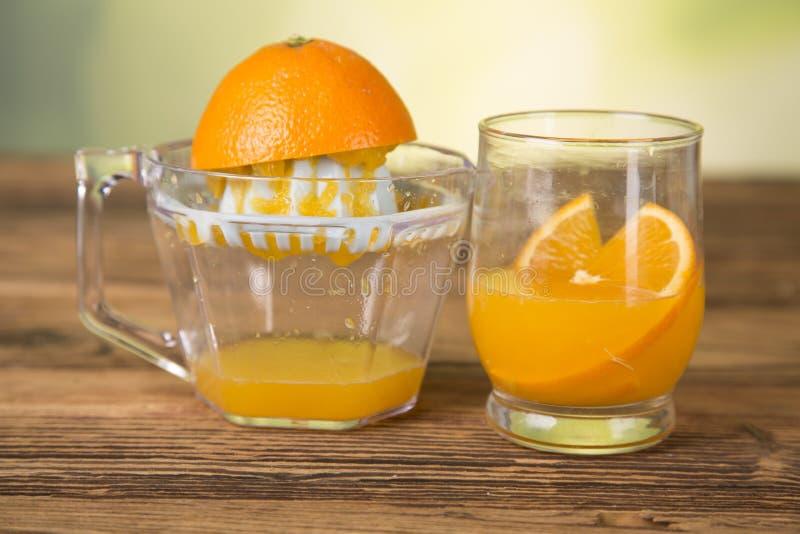 Φυσικός χυμός από πορτοκάλι, squeezer, πορτοκάλια στοκ εικόνα