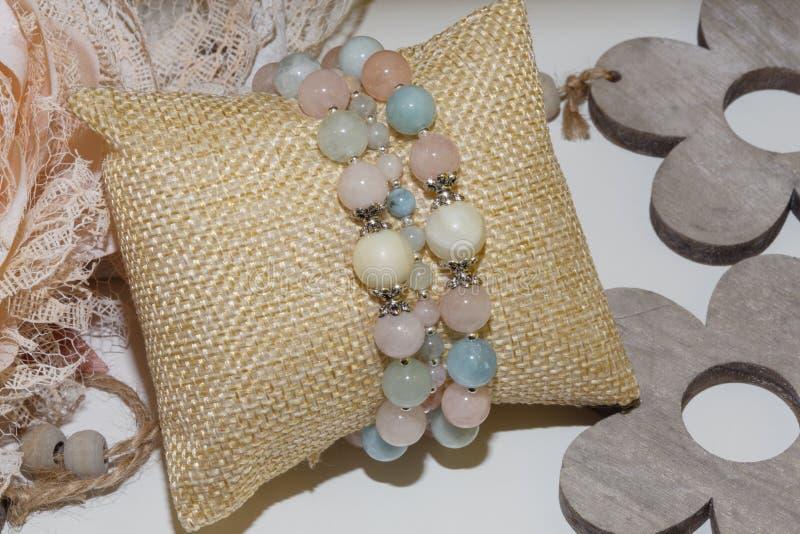 Φυσικό βραχιόλι πετρών χαλαζία Morganite και μαργαριταριών στοκ φωτογραφίες