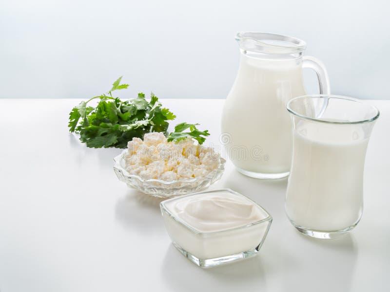 Φυσικό γάλα αγελάδων, ξινή κρέμα, τυρί εξοχικών σπιτιών, κορίανδρο σε ένα whi στοκ φωτογραφίες