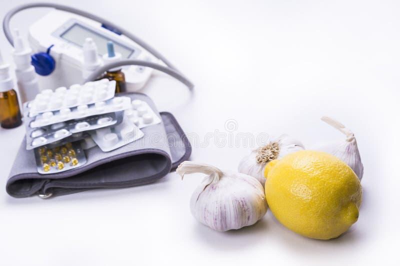 Φυσικό λεμόνι σκόρδου θεραπειών εναντίον των φαρμάκων και των χαπιών στοκ εικόνες