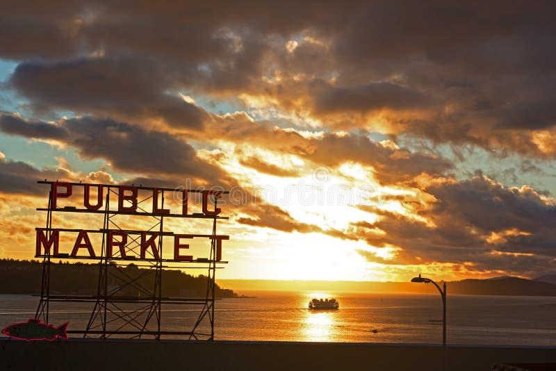 Φυσικό ηλιοβασίλεμα κοντά στη δημόσια αγορά του Σιάτλ στοκ εικόνα