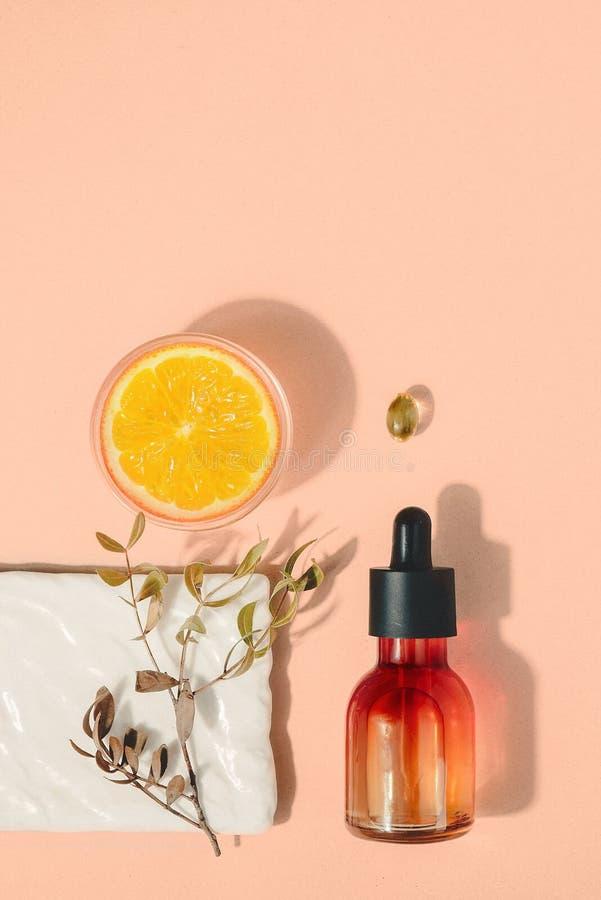 Φυσικό καλλυντικό με την βιταμίνη C Έννοια υγειονομικής περίθαλψης ομορφιάς δερμάτων Βιο οργανικό προϊόν Υγιές υπόβαθρο στοκ εικόνα