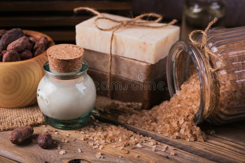 Φυσικό καλλυντικό πετρέλαιο, αλατισμένο και φυσικό χειροποίητο σαπούνι θάλασσας με ομο στοκ εικόνα με δικαίωμα ελεύθερης χρήσης