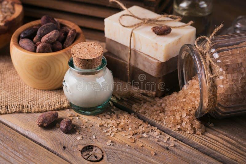Φυσικό καλλυντικό πετρέλαιο, αλατισμένο και φυσικό χειροποίητο σαπούνι θάλασσας με ομο στοκ εικόνες