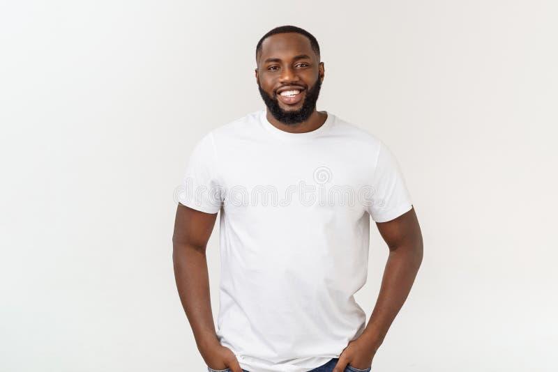 Φυσικό να φανεί αρσενικό πρότυπο αφροαμερικάνων χαμόγελου νέο στο απομονωμένο υπόβαθρο στοκ εικόνες