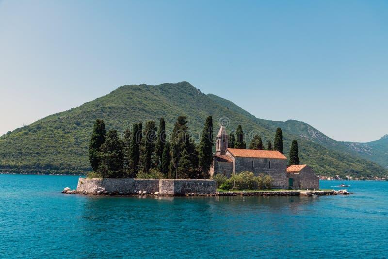 Φυσικό νησάκι με Benedictine Αγίου George το μοναστήρι Κόλπος Kotor Μαυροβούνιο στοκ εικόνες
