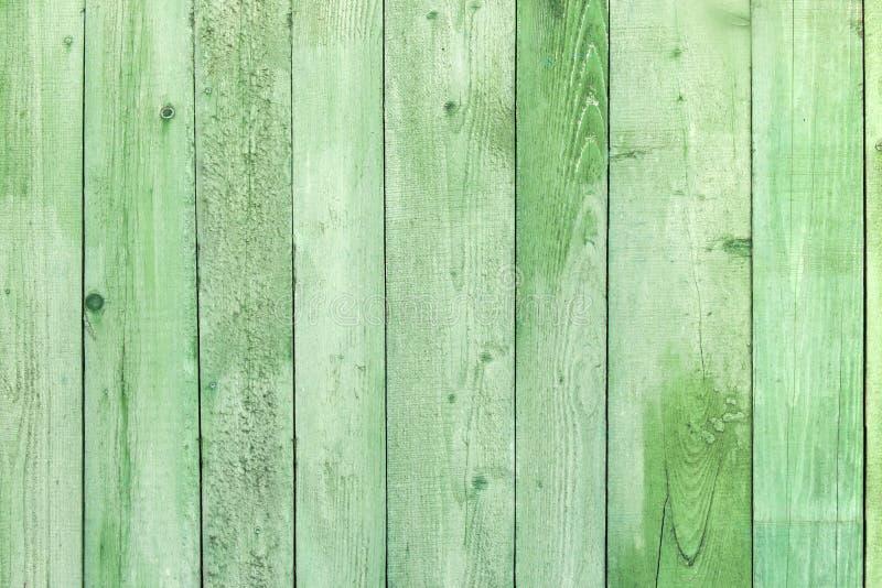 Φυσικό ξεπερασμένο ξύλινο υπόβαθρο σανίδων Παλαιός που χρωματίζεται σε πράσινο στοκ φωτογραφίες