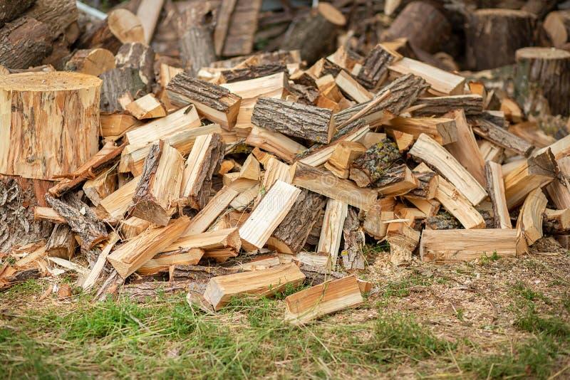 Φυσικό ξύλινο υπόβαθρο ντεκόρ Ένας σωρός του τεμαχισμένου καυσόξυλου που προετοιμάζεται για το χειμώνα στοκ φωτογραφίες με δικαίωμα ελεύθερης χρήσης