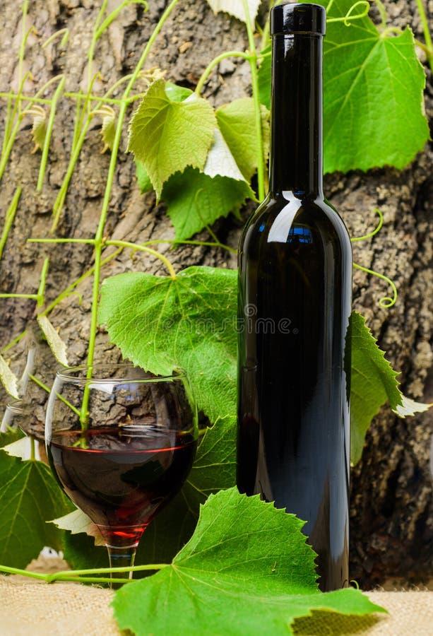 Φυσικό οινοπνευματώδες ποτό χωρίς πρόσθετες ουσίες Ξύλινα φύλλα σταφυλιών υποβάθρου μπουκαλιών κρασιού Έννοια τέχνης οινοποιιών Μ στοκ φωτογραφία