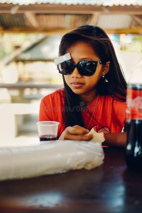 Φυσικό πορτρέτο, ασιατικό κορίτσι με την κατάψυξη γυαλιών ηλίου στοκ φωτογραφίες με δικαίωμα ελεύθερης χρήσης