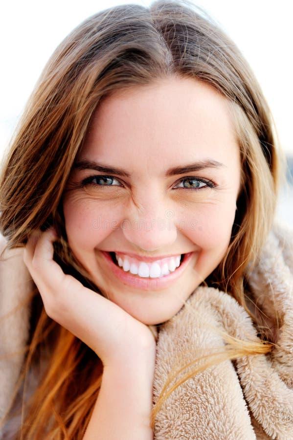 Φυσικό πορτρέτο μιας ευτυχούς υγιούς γυναίκας στοκ εικόνες