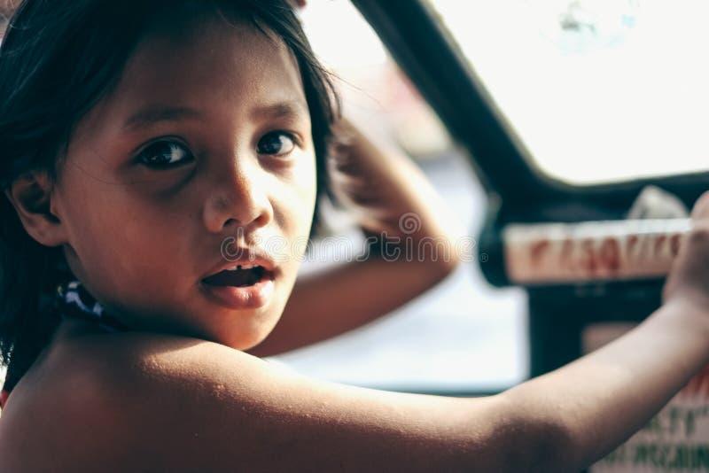 Φυσικό πορτρέτο του νέου κοιτάγματος μικρών κοριτσιών στοκ φωτογραφίες με δικαίωμα ελεύθερης χρήσης