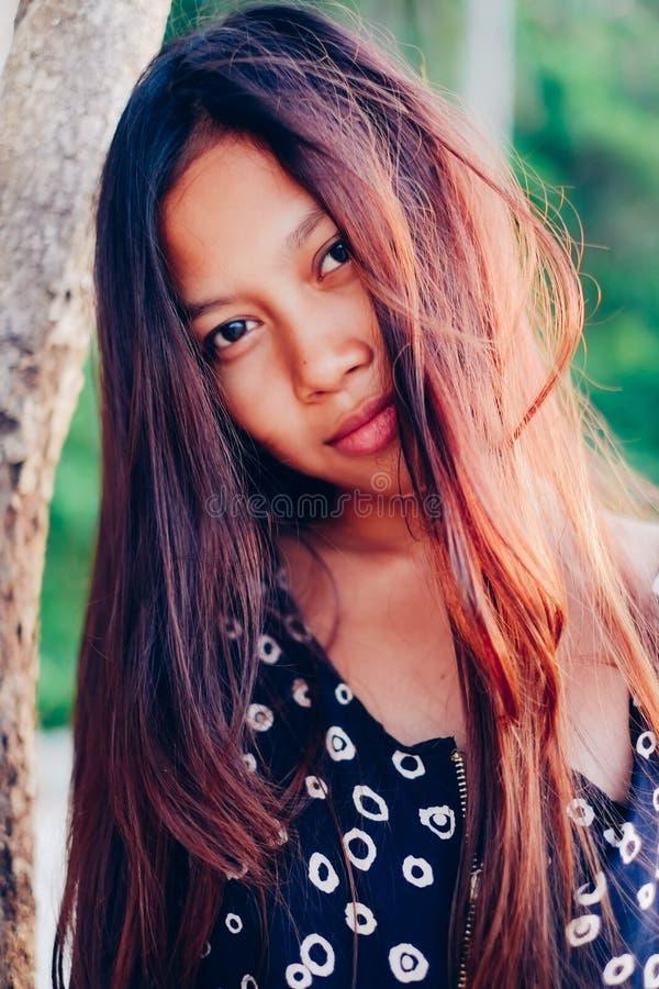 Φυσικό πορτρέτο του όμορφου νέου ασιατικού χαμόγελου κοριτσιών τρίχωμα κοριτσιών ακατάστατο στοκ φωτογραφία