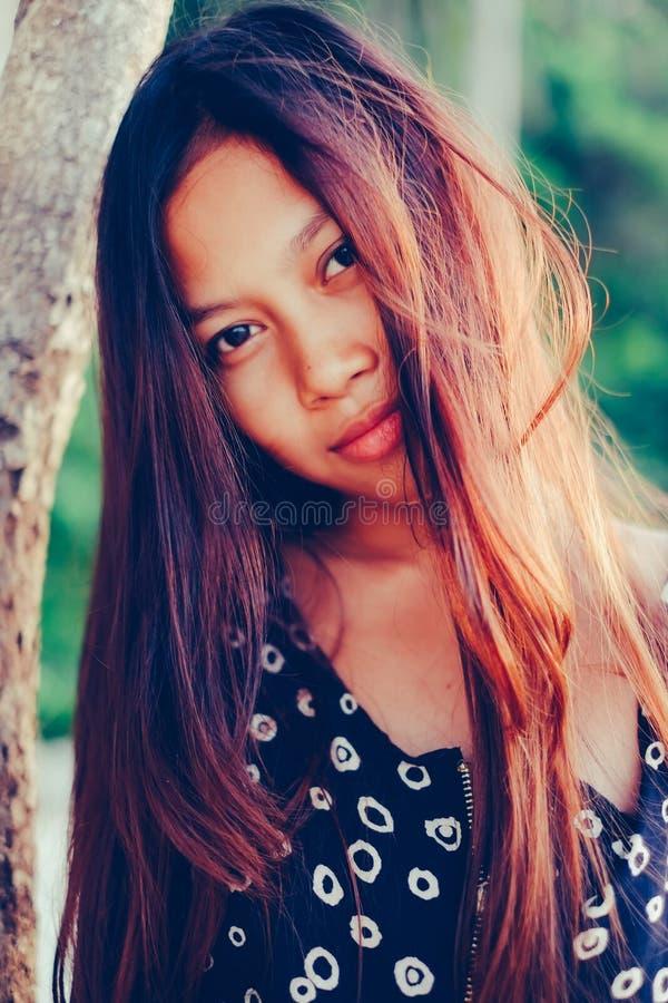 Φυσικό πορτρέτο του όμορφου νέου ασιατικού χαμόγελου κοριτσιών τρίχωμα κοριτσιών ακατάστατο στοκ φωτογραφίες