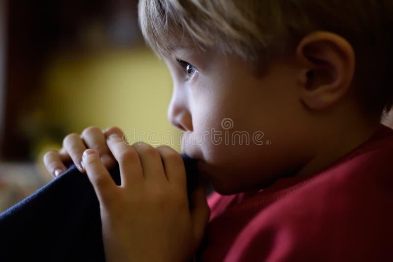 Φυσικό, πραγματικό πορτρέτο ενός παιδιού, φως από το παράθυρο, που δεν τίθεται στοκ φωτογραφία με δικαίωμα ελεύθερης χρήσης