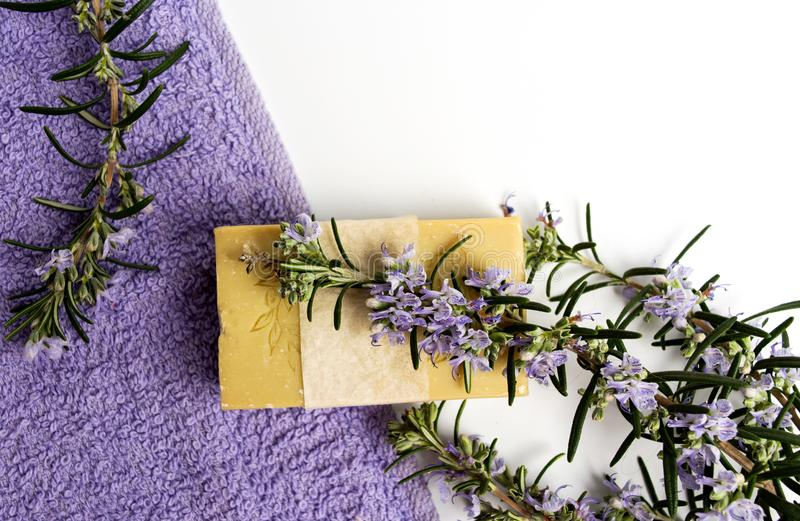 Φυσικό σαπούνι εγκαταστάσεων της Rosemary με την πετσέτα στοκ εικόνα με δικαίωμα ελεύθερης χρήσης
