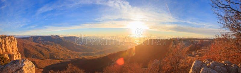 Φυσικό τοπίο βουνών με τους φθινοπωρινούς λόφους, νεφελώδης μπλε ουρανός α στοκ εικόνες