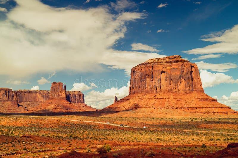 Φυσικό τοπίο, ηλιόλουστη ημέρα στην κοιλάδα μνημείων, όμορφος κόκκινος σχηματισμός βράχου και νεφελώδης μπλε ουρανός στοκ εικόνα