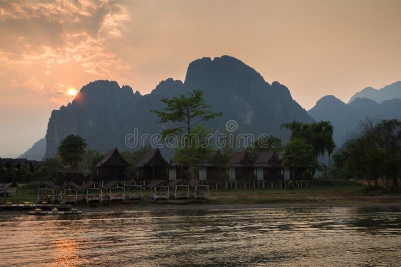Φυσικό τοπίο σε Vang Vieng, Λάος στο ηλιοβασίλεμα στοκ φωτογραφία