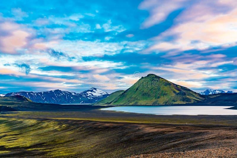 Φυσικό τοπίο στη λίμνη κρατήρων Blahylur και το όμορφο βουνό στοκ εικόνα
