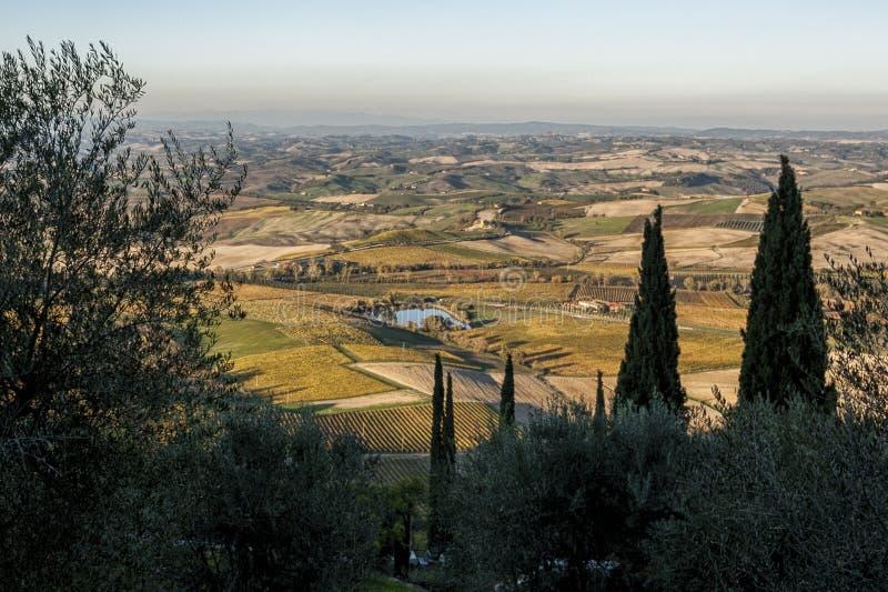 Φυσικό τοπίο της Τοσκάνης με τους κυλώντας λόφους και τις κοιλάδες σε Val Δ ` Orcia, Ιταλία το φθινόπωρο στοκ εικόνες με δικαίωμα ελεύθερης χρήσης