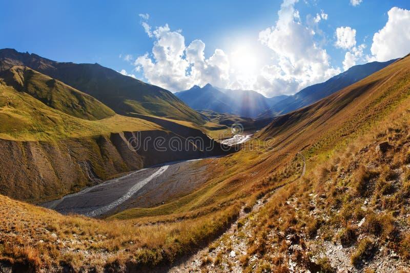 Φυσικό τοπίο του θερινού πρωινού στα βουνά Καύκασου Ο ήλιος βγήκε ακριβώς και φωτίζει το τοπίο Να πραγματοποιήσει οδοιπορικό από  στοκ φωτογραφία