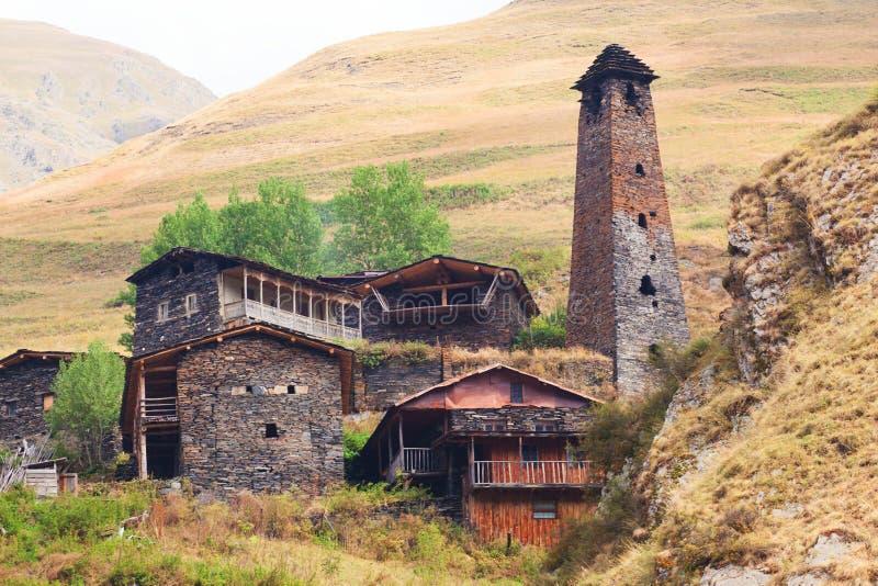 Φυσικό τοπίο του θερινού πρωινού στα βουνά Καύκασου Ο ήλιος βγήκε ακριβώς και φωτίζει τις αρχαίες καταστροφές των πύργων Tushetia στοκ εικόνα με δικαίωμα ελεύθερης χρήσης