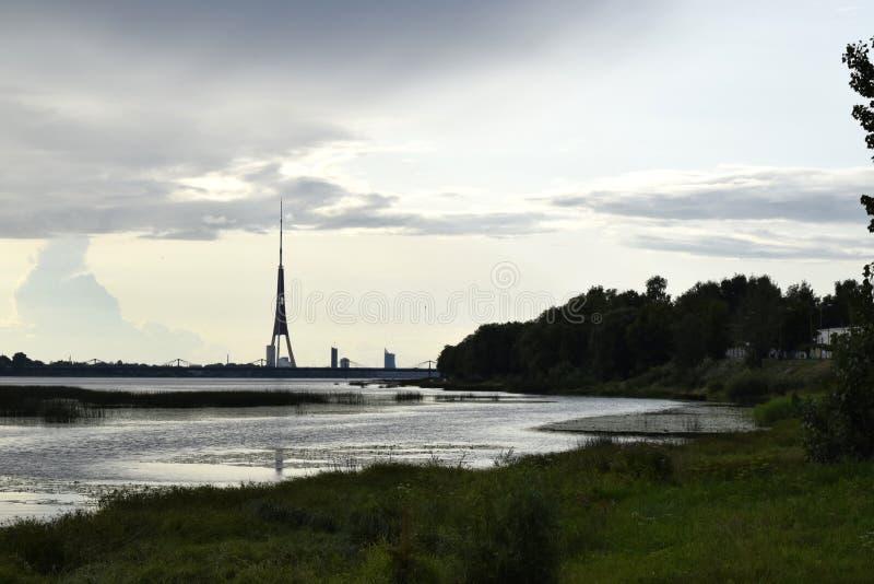 Φυσικό τοπίο των Βαλτικών Χωρών Καλοκαίρι, βράδυ, δυτικό Dvina, ποταμός Daugava στοκ φωτογραφία