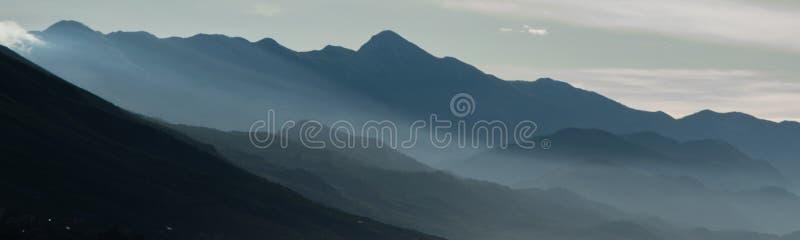 Φυσικό τοπίο των μορφών βουνών Ομιχλώδης σειρά βουνών στοκ εικόνες