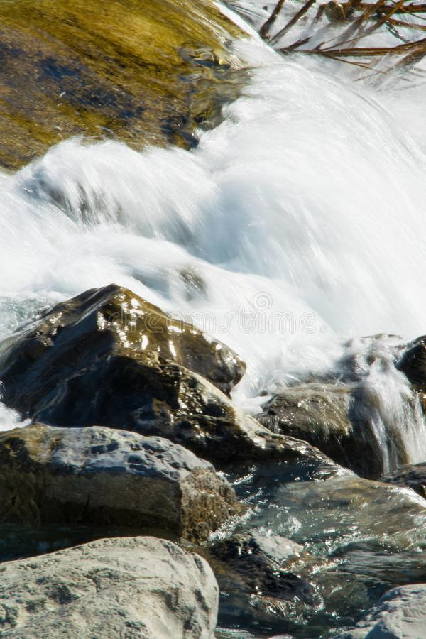 Φυσικό υπόβαθρο του ρέοντας νερού στο χρυσό ποταμό στοκ φωτογραφίες με δικαίωμα ελεύθερης χρήσης