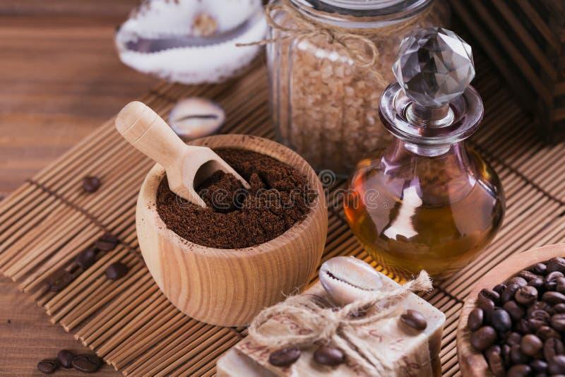 Φυσικό χειροποίητο σαπούνι, αρωματικό καλλυντικό πετρέλαιο, άλας θάλασσας με τα φασόλια καφέ στοκ εικόνα