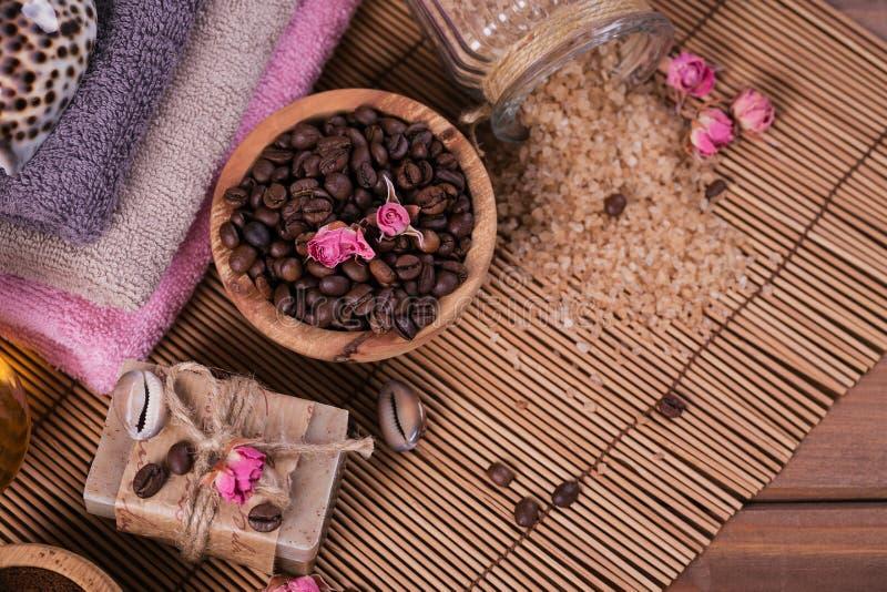 Φυσικό χειροποίητο σαπούνι, αρωματικό καλλυντικό πετρέλαιο, άλας θάλασσας με τα φασόλια καφέ στοκ εικόνες με δικαίωμα ελεύθερης χρήσης