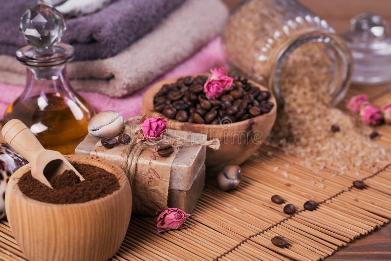 Φυσικό χειροποίητο σαπούνι, αρωματικό καλλυντικό πετρέλαιο, άλας θάλασσας με τα φασόλια καφέ στοκ φωτογραφία με δικαίωμα ελεύθερης χρήσης