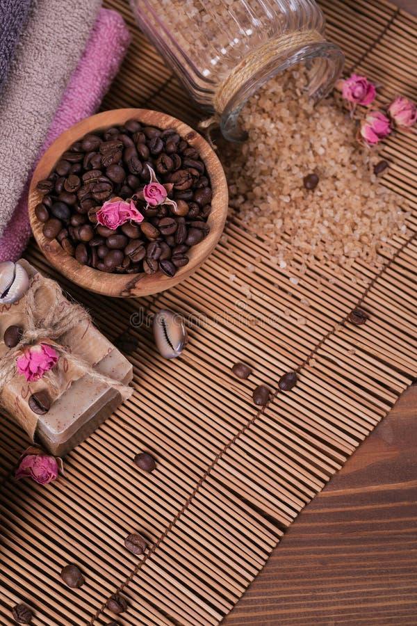 Φυσικό χειροποίητο σαπούνι, αρωματικό καλλυντικό πετρέλαιο, άλας θάλασσας με τα φασόλια καφέ στοκ φωτογραφίες