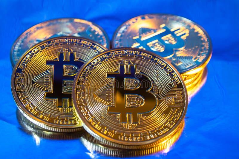 Φυσικό χρυσό νόμισμα bitcoin Cryptocurrency στο ζωηρόχρωμο υπόβαθρο στοκ εικόνες με δικαίωμα ελεύθερης χρήσης