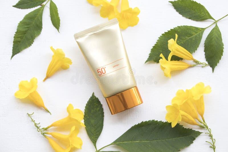 Φυσικό sunscreen spf50 καλλυντικών για το πρόσωπο δερμάτων στοκ εικόνες με δικαίωμα ελεύθερης χρήσης