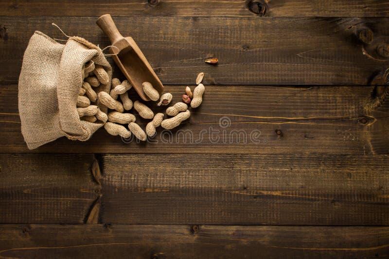 Φυστίκια στα κοχύλια στο αγροτικό ξύλινο υπόβαθρο στοκ εικόνα με δικαίωμα ελεύθερης χρήσης