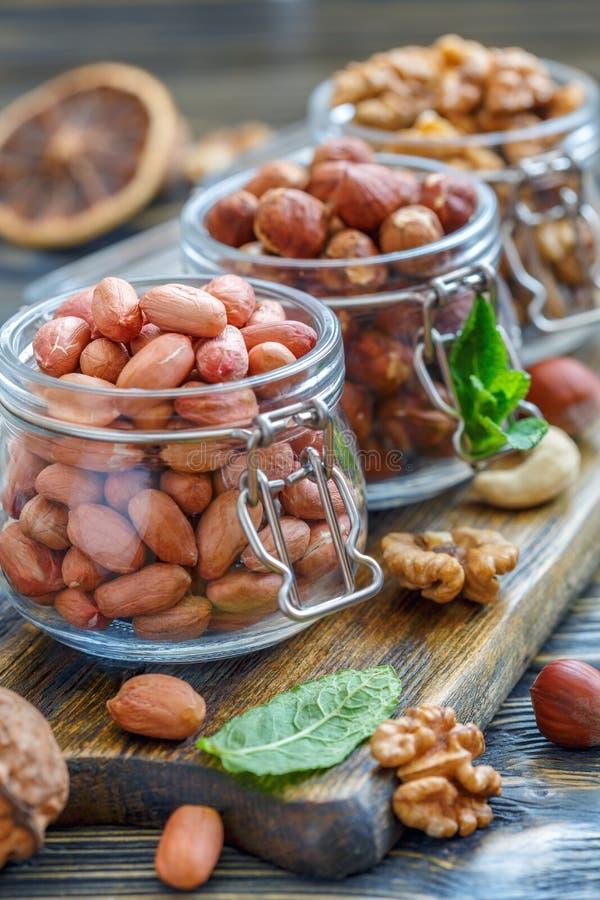 Φυστίκια, φουντούκια και ξύλα καρυδιάς στα βάζα γυαλιού στοκ εικόνες με δικαίωμα ελεύθερης χρήσης
