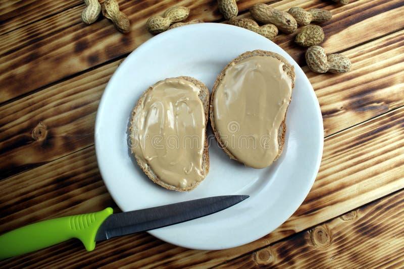 Φυστικοβούτυρο που διαδίδεται σε ένα κομμάτι του ψωμιού στοκ φωτογραφίες με δικαίωμα ελεύθερης χρήσης