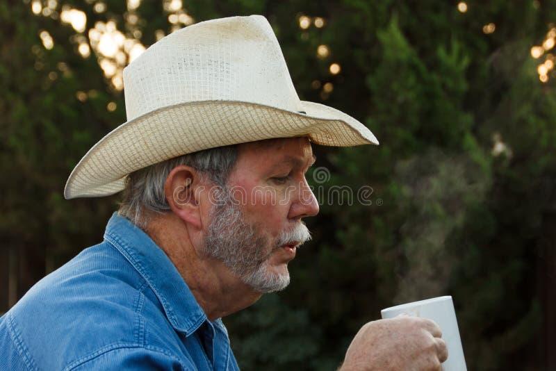 Φυσώντας ατμός από τον καυτό καφέ στοκ εικόνες