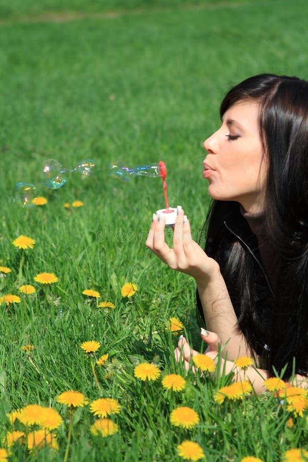 φυσώντας γυναίκα φυσαλί&de στοκ φωτογραφίες με δικαίωμα ελεύθερης χρήσης